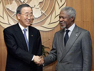 El ministro de Exteriores surcoreano, Ban Ki Moon, con Kofi Annan. (Foto: AFP)