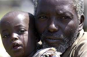 Dos refugiados congoleños en un campamento de Uganda. (Foto: AFP)