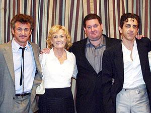 De izqa. a dcha., Sean Penn, Eileen Ryan Penn (la madre), Chris Penn y Michael Penn. (Foto: AFP)