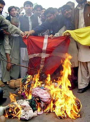 Manifestantes queman una bandera danesa durante una protesta en Penshawar. (Foto: REUTERS)