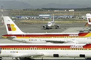 Varios aviones de Iberia en las pistas de la T-4 de Barajas. (Foto: K. Para)
