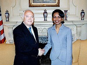 Rice y Moratinos, en una reunión que mantuvieron en abril de 2005. (Foto: EFE)