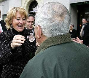 Aguirre saluda a una vecina en su visita a Salamanca. (Foto: EFE)