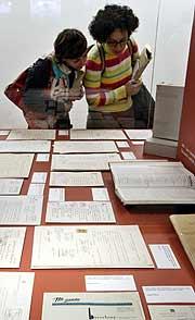 Exposición de los 'papeles' en Cataluña. (Foto: AP)
