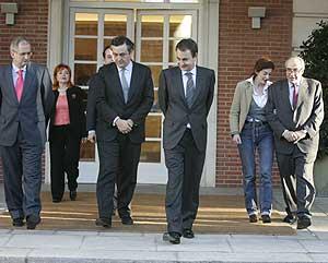 Zapatero con los representantes de las víctimas del terrorismo. (Foto: Carlos Barajas)