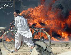 Una barricada en Pakistán. (Foto: EFE)