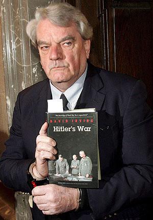 Irving, a su llegada al juicio, con su libro sobre Hitler. (Foto: EFE)