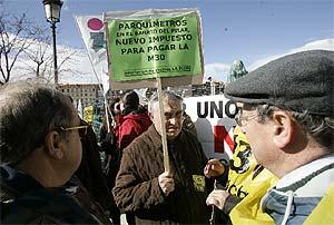 Vecinos de la Asociación La Flor, el pasado domingo, con una pancarta contra los parquímetros. (Martínez)