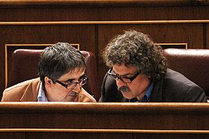 El portavoz de ERC en el Congreso, Joan Tardá (d), charla con el diputado Joan Puig. (EFE)