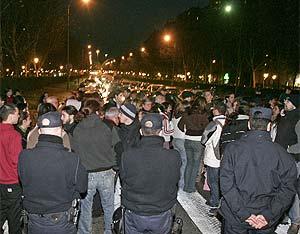 Vecinos de El Pilar cortaron el miércoles el tráfico de la Avenida de la Ilustración. (Foto: Villanueva)