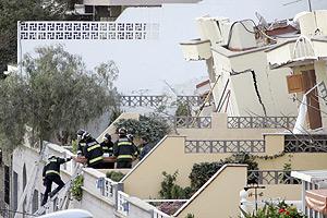 Bomberos sacan de entre los escombros a una de las supervivientes. (Foto: EFE)