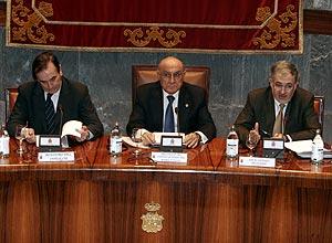 Hernando (centro) junto a José Antonio Alonso y Conde-Pumpido. (Foto: Jaime Villanueva)