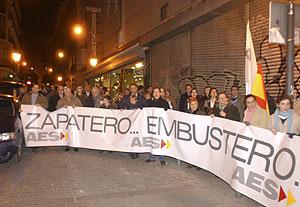 Manifestantes a las puertas del teatro Alfil. (Foto: Paco Toledo)