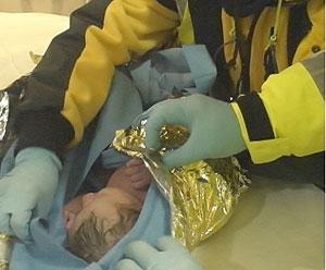 Un sanitario tapa a la pequeña en el metro. (Foto: Ayto. Madrid)