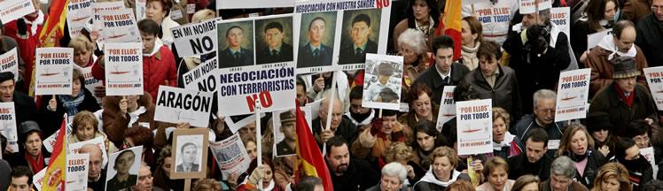 Pancartas en la manifestación. (Foto: AP)