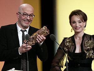 Audiard, al recibir un César de manos de la actriz Kristin Scott Thomas. (Foto: AP)