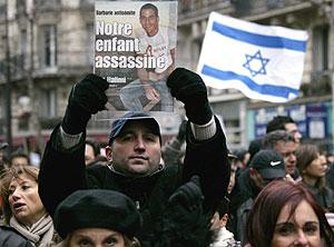 Un manifestante muestra una foto de Ilan Halimi en París. (Foto: AFP)