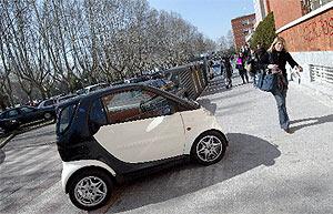 Un coche mal aparcado en Ciudad Universitaria. (Foto: Chema Tejeda)