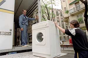 Cargan una lavadora en una mudanza. (Foto: Kike Para)