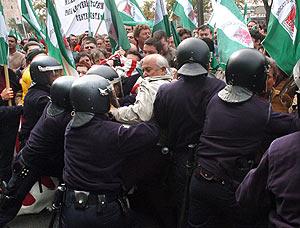 La Policía controla a los manifestantes a las puertas del teatro La Maestranza. (Foto: EFE)