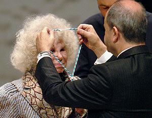 Chaves pone la medalla como Hija Predilecta a la duquesa de Alba. (Foto: EFE)