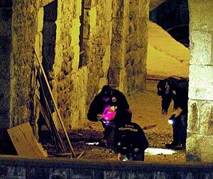 Ertzainas inspeccionan el Instituto Social de la Marina tras la explosión. (Foto: EFE)