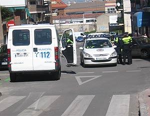 Numerosas dotaciones policiales patrullan por el barrio. (R.B.)