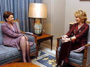 La ministra de Fomento, Magdalena Alvarez, conversa con Aguirre. (Foto: EFE)