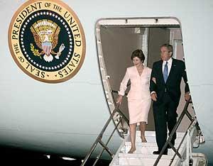 Bush con su mujer a la llegada a Pakistán. (Foto: AP)