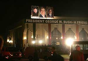 Carteles que llaman 'amigo' a Bush recibieron en Pakistán al presidente de EEUU. (Foto: AP)