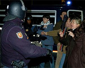 Vecinos se enfrentan a la Policía en la 'marcha' del pasado viernes 3 de marzo. (EFE)