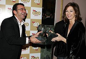 Jorge Javier Vázquez y Ana Rosa Quintana celebran sus premios. (Foto: EFE)