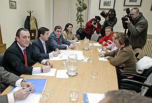 Reunión de Calvo con las asociacines de vecinos de Carabanchel Alto. (Foto: DIEGO SINOVA )
