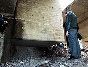 Lugar en el que fue colocada la bomba en la A-8 a su paso por Ontón. (Foto: EFE)
