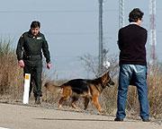 Agentes buscan una bomba en Gallur. (Foto: EFE)