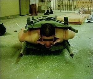 Imagen de una de las torturas practicadas en Abu Ghaib. (Foto: REUTERS)