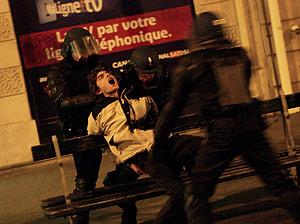 Dos agentes agarran a un joven en una calle del Barrio Latino, cerca de La Sorbona. (Foto: EFE)