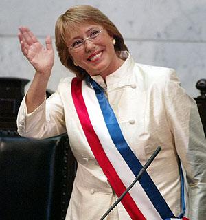Michelle Bachelet, con la banda presidencial. (Foto: REUTERS)