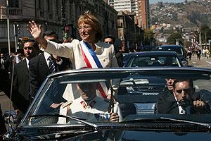 Bachelet, por las calles de Valparaíso tras la investidura. (Foto: AP)