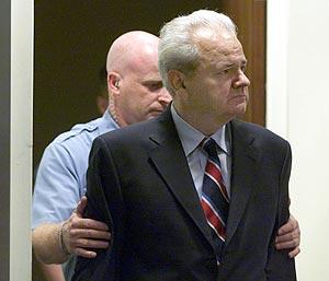 Milosevic, en una sesión del Tribunal Internacional de la Haya. (Foto: AFP)