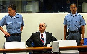 Milosevic, en el banquillo del TPI. (Foto: AFP)