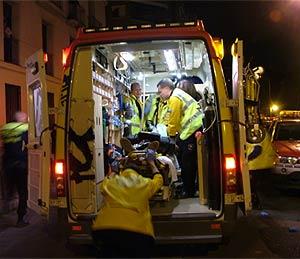 Facultativos del Samur introducen en la ambulancia al herido. (Foto: Ayto.)