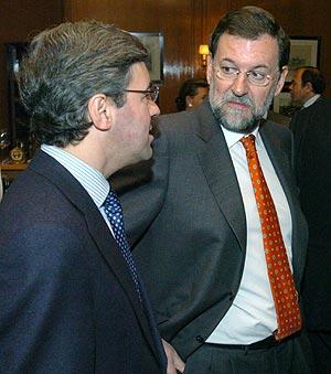 Mariano Rajoy, junto con Ángel Acebes. (Foto: EFE)