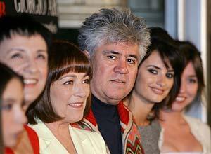 Almodóvar (centro), con Lola Dueñas, Penélope Cruz, Carmen Maura, Blanca Portillo y Yohana Cobo (de dcha. a izda.). (Foto: REUTERS)