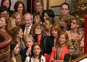 El ministro Montilla, rodeado de diputadas, en los pasillos del Congreso, tras el plante a Zaplana. (Foto: EFE)