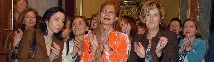 Las diputadas María Esther Couto, Carmen Alborch y Esperanza Farrera (de izda. a dcha. en primera fila), entre otras. (EFE)