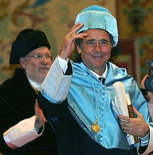 Serrat, durante el acto de investidura. (AFP)