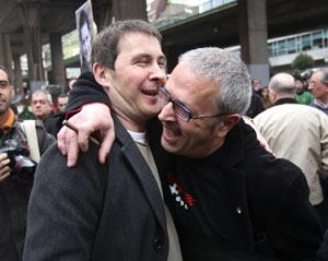 El ex responsable de Gestoras Pro Amnistía, Juan María Olano, abraza a Arnaldo Otegi (Foto:JUSTY GARCÍA KOCH)