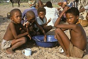 Niños bosquimanos comiendo. (Foto: SURVIVAL)