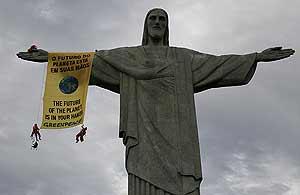 El cartel, en uno de los brazos del famoso Cristo. (Foto: Greenpeace/Ana Cecilia Brignol